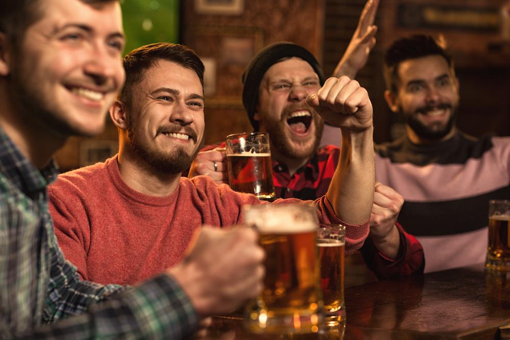 regarder un match de football dans un bar